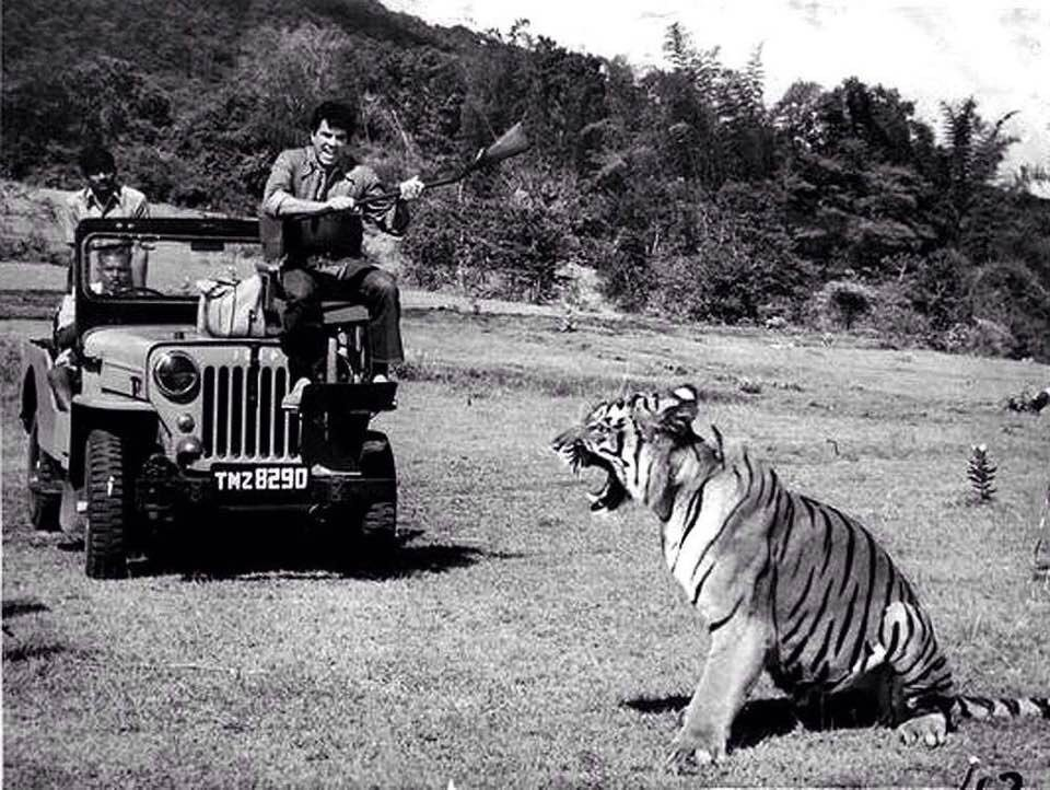 dharmendra with tiger-stayreading